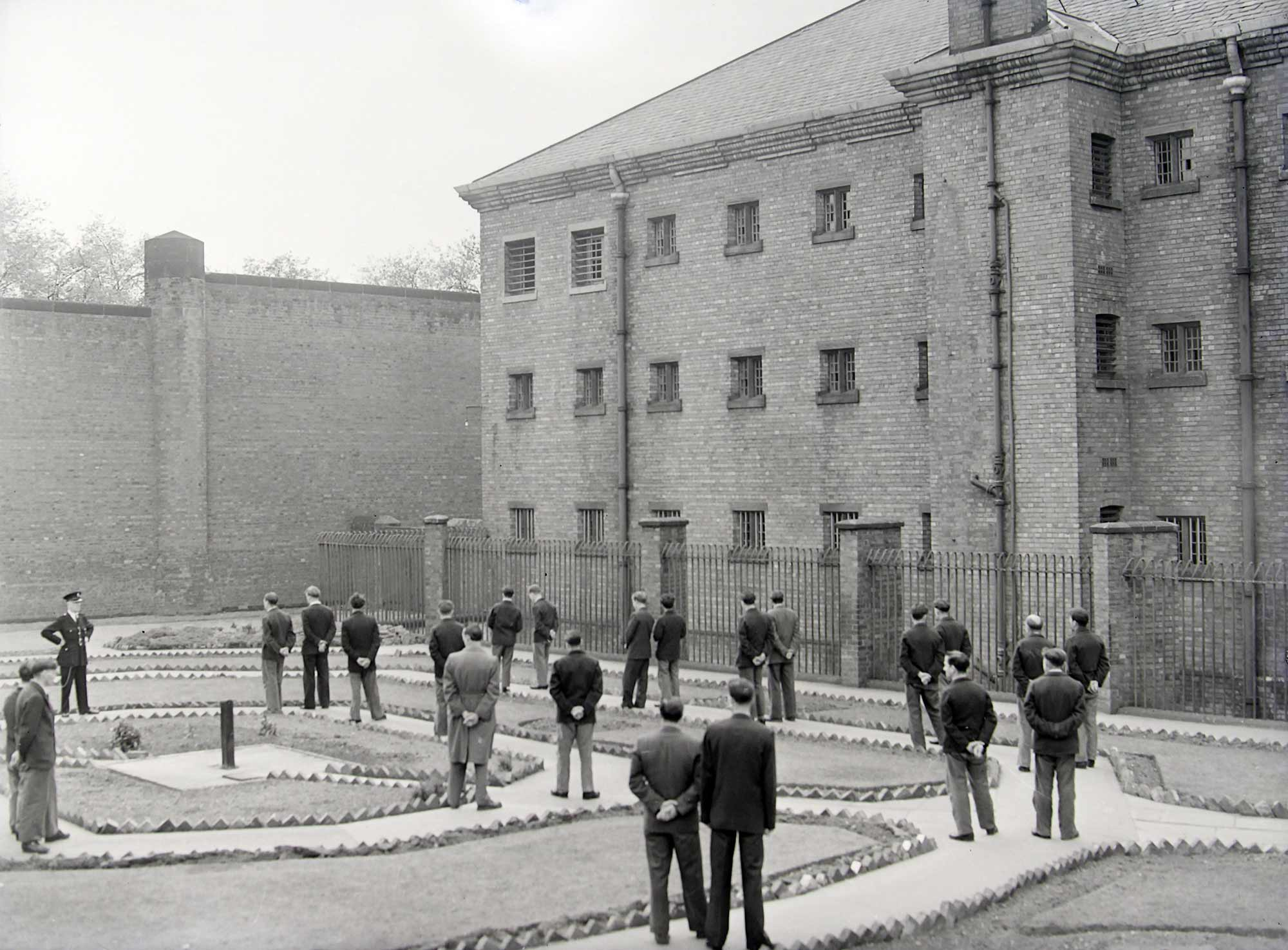 HM Prison Leicester exercise yard, mid-20th Century - Leicester and Leicestershire Record Office