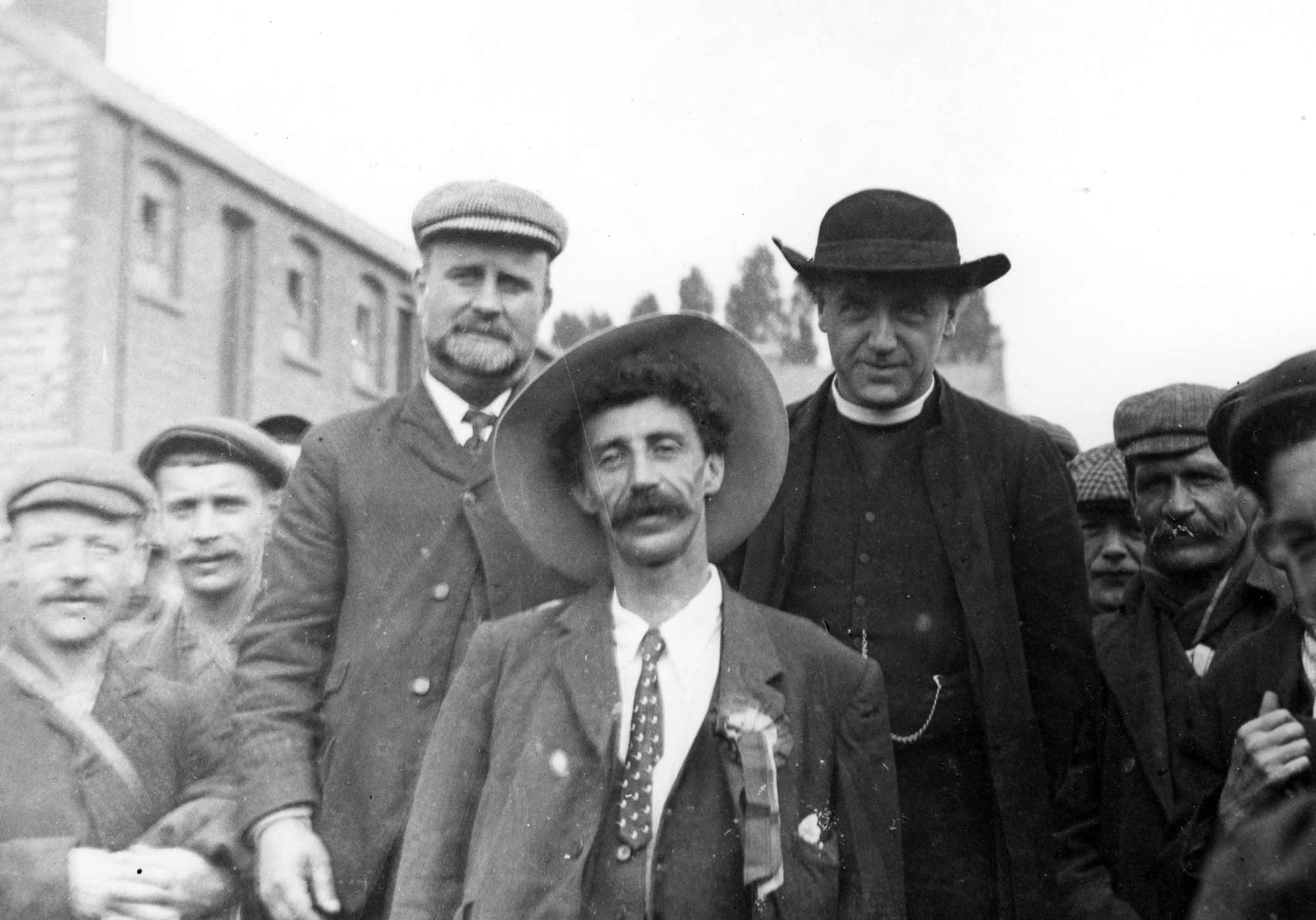 Rev. F.L. Donaldson (right centre) with the other leaders of the march of the unemployed, 1905 - Leicester and Leicestershire Record Office