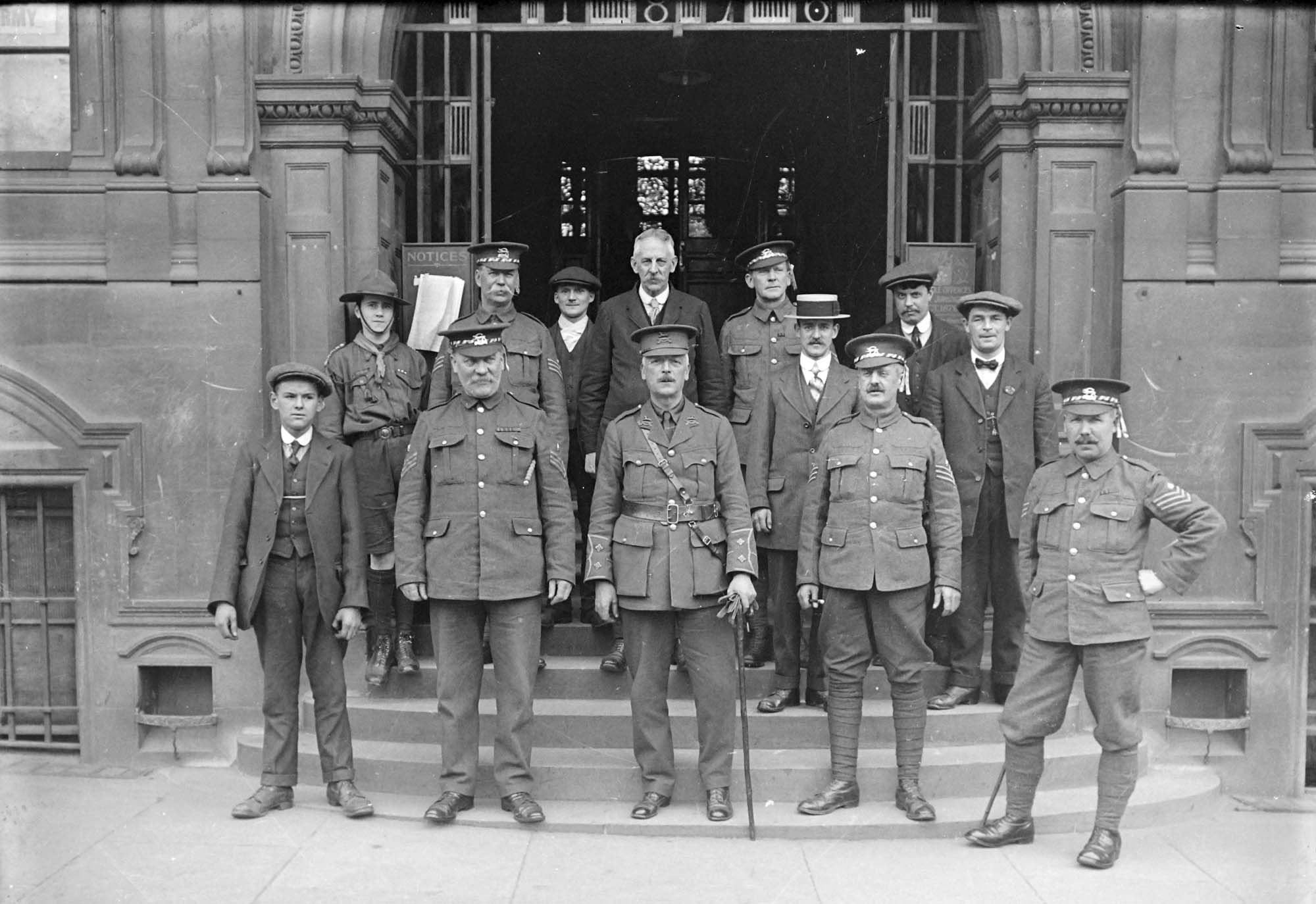 Uniformed recruiters outside Town Hall, c.1914 - Leicestershire Record Office
