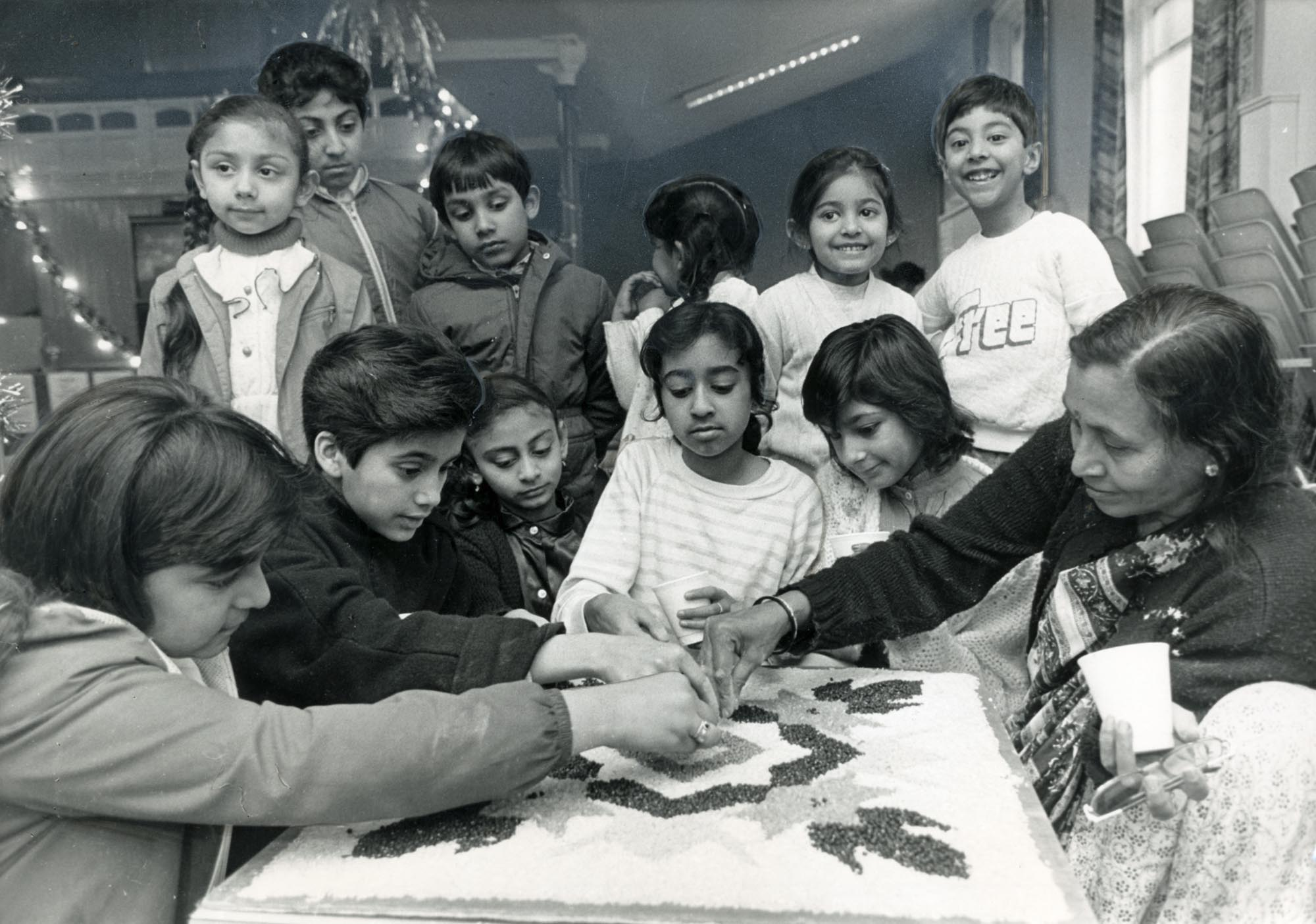 Teaching children how to make rangoli patterns at Belgrave Neighbourhood Centre - Leicester Mercury Archive at the University of Leicester