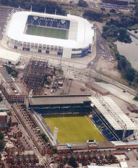 Filbert Street alongside the new Walkers Stadium in 2002 - Leicester City Football Club